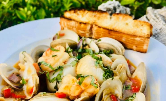 plate of mussels and shrimp